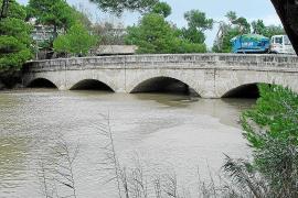 """Die """"Brücke der Engländer"""" überquert den großen Kanal, der die Albufera entwässert."""