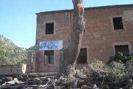 Vor dem Abriss des Hauses: Auf dem Transparent wird die Eröffnung einer öffentlichen Herberge gefordert.