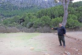 Pere Vicens zeigt in der Cala Cala Tuent auf die Stelle, wo bis 2010 das Haus Can Ganxo stand.