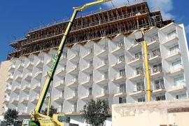 Weithin sichtbar: Das Hotel Tropical wird um zwei Etagen aufgestockt.