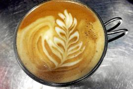 Gute Kaffee-Zubereiter benötigen für die Milchschaumkunst keine Schablone. Foto: pl