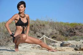 Paula Gual, beim Fotoshooting im Bikini, an einem Strand auf Mallorca.
