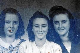 Alte Fotos aus einer Pappschachtel zeigen ISabel Raabe (r.) mit ihren beiden Schwestern.