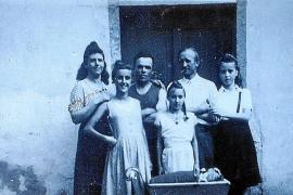 Die Aufnahme darunter zeigt die Familie (samt einem Bekannten) in Dresden vor dem Haus mit den Wohnungen für die Fabrikmitarbeit