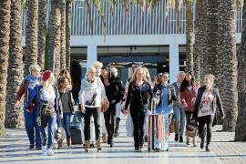 """Ist auf diesem Foto """"Deutschlands schönste Frau"""" zu sehen? Einige der Teilnehmerinnen nach ihrer Landung auf dem Flughafen von P"""