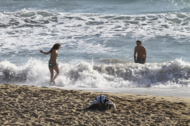 Milde Temperaturen lockten erste Wasserratten an Mallorcas Strände.
