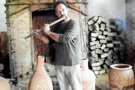 Antoni Vich (hier mit einer selbst gebauten Querflöte aus Ton) betreibt die Keramikfabrik Teulera Can Vich in Pòrtol in vierter