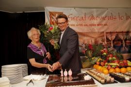 Jubilarin Marie Wilhelmsen mit Hoteldirektor Marco Heitinga.