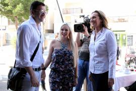 Daniela Katzenberger mit Freund Lucas Cordalis und der neuen Café-Geschäftsführerin Gaby Ladmann.