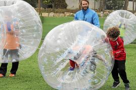 """Junger als zehn Jahre sollten die """"Paf-Baller"""" nicht sein, dazu ist die Gummikugel zu groß."""