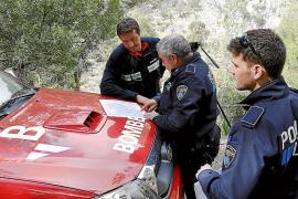 Polizei und Feuerwehr studieren eine Landkarte des Gebiets rund um den Unfallort.