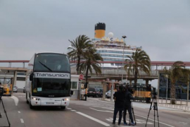 Busse stehen im Hafen von Palma für die Passagiere der Costa Fascinosa bereit.