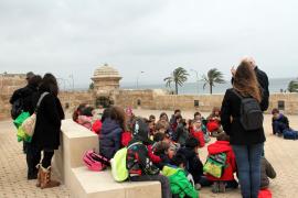 Als die Wolken die Eklipse ausknipsten. Schulklassen auf der Stadtmauer von Palma.