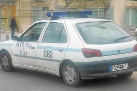 Ein Peugeot 306, Baujahr 1995, dient der Polizei an der Playa de Palma als Streifenwagen.