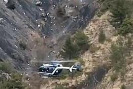 Ein Hubschrauber überfliegt die Absturzstelle in den französischen Alpen.