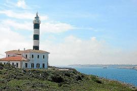 Der Leuchtturm von Portocolom ruht auf der Spitze der Landzunge Sa Punta.
