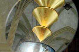 In der drehenden Spiegelscheibe fangen die goldenen Trichter die Palmensäule der Lotja auf.