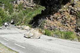 Bis zu sieben Tonnen schwere Felsbrocken blockierten die Straße zur Cala Tuent.
