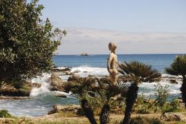 Frauenfigur in mediterraner Landschaft: Eine der elf nackten Grazien an der Küstenpromenade von Cala Rajada.