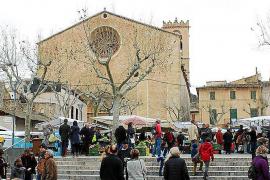 Am Fuße der Kirche von Pollença reihen sich die Marktstände aneinander.