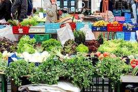 Frisches Gemüse und Salate locken Martgänger an die Stände.