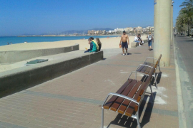 An der Playa de Palma werden derzeit 47 Sitzbänke fest installiert.