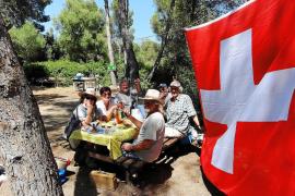 """Hoch die Tassen: Die französischsprachigen Schweizer aus dem """"Club Romand"""" sagen von sich selbst: """"Wir sind Latinos""""."""