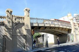 Die Eisenbahnbrücke wurde 2005 in einer Nacht- und Nebelaktion abgerissen und nach Protesten wieder neu aufgebaut.