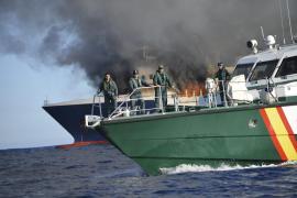 """Explosionsgefahr: Polizeiboote halten einen Sicherheitsabstand zur Fähre. TRASMEDITERRANEA """" SORRENTO """" ARDE A 17 MILLAS"""