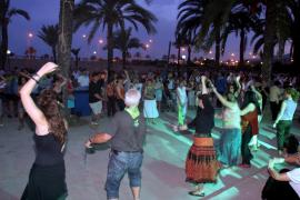 Volksfest unter Palmen im Parc de la Mar.