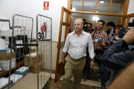 """Richter José Castro nimmt einen letzten Blick auf sein """"Werk""""."""