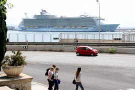 """Das größte Kreuzfahrtschiff der Welt, die """"Allure of the Seas"""", hat am Westkai im Hafen von Palma festgemacht."""