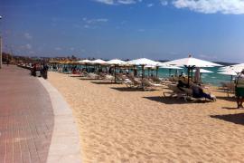 Der Strand vor dem Kiosk mit neuen Schirmen und Liegen in Weiß.