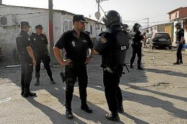 Die Polizei bei einer Drogenrazzia 2013