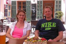 Wollen abends an ihrem Ferienort unter echten Einheimischen sitzen. Das Ehepaar Kimberley und Knut Wichert aus Bad Vilbel in H