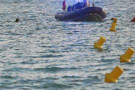 Ein Polizeiboot sucht das Meer vor dem Ballermann 6 ab