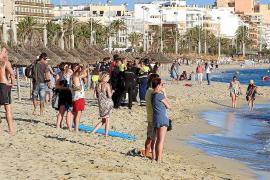 Schaulustige verfolgen die Suchaktion vom Strand aus