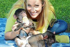 """Andrea Kaiser mit kleinen Äffchen in ihrer neuen Sendereihe """"Die wunderbare Welt der Tierbabys""""."""