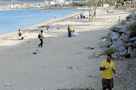 An Palmas Stadtstrand wurde am frühen Morgen der Müll zusammengetragen.