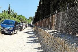 Die schmale Schotterpiste dient als Zufahrtsstraße und Parkplatz