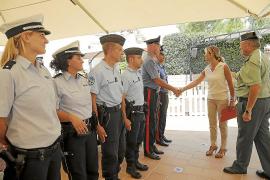 Teresa Palmer begrüßt italienische Carabinieri und deutsche Polizisten auf Mallorca.