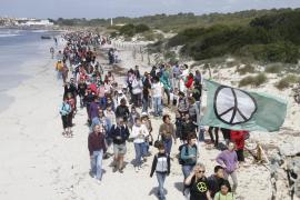 Demonstration am Strand von Es Trenc auf Mallorca.