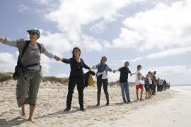 Menschenkette am Strand von Es Trenc auf Mallorca.