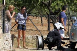 Ein Polizist überprüft den Reifen der Schauspielerin