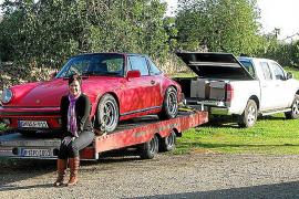 Angekommen! Elke Hönsch mit dem roten 911er auf der Finca.