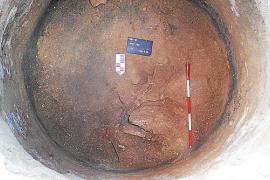 Archäologen entdeckten das Skelett am Boden einer Zisterne.