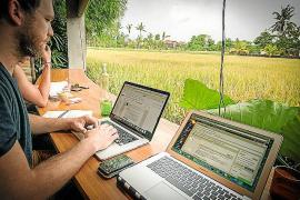 Frische Informationen fürs Netz: Das Bild zeigt Sebastian Canaves bei der Arbeit auf Bali.
