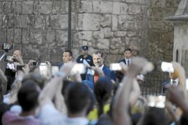 Publikumsliebling: Felipe gab sich volksnah und begrüßte auch die Bürger.