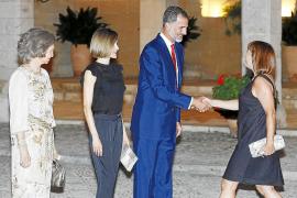 Der König begrüßt die neue Balearen-Präsidentin Francina Armengol.