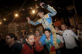 Alejandro Talavante wurde auf den Schultern der Zuschauer aus der Arena getragen.
